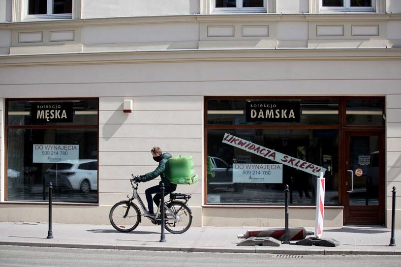 Zlikwidowany sklep, 16 bm. w Krakowie. W centrum miasta zaczynają plajtować restauracje i sklepy z powodu epidemi /PAP
