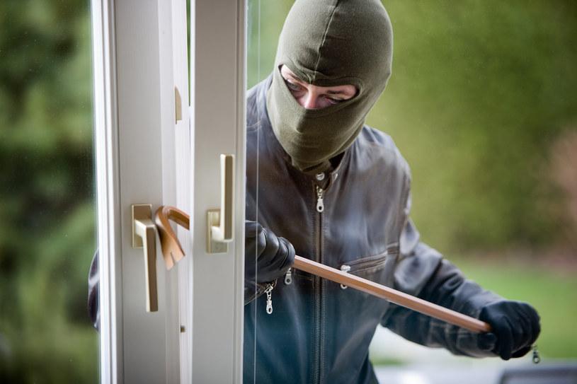 Złodzieje najczęściej wybierają domy, które wydają się mi niezabezpieczone. Przed włamaniem obserwują domowników, by poznać ich rozkład dnia /123RF/PICSEL