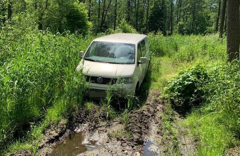 Złodzieje porzucili samochód w lesie /Policja