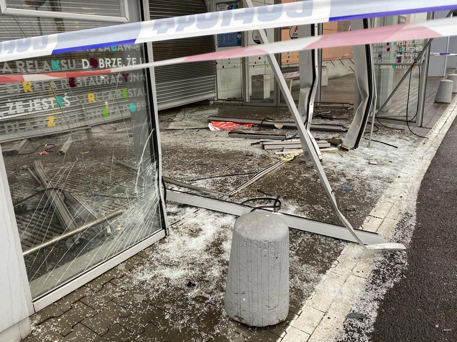 Złodzieje samochodami staranowali wejście do galerii /Małgorzata Zimnoch/Trojmiasto.pl /