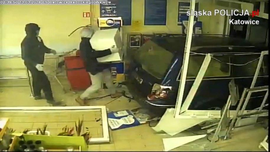 Złodzieje wjechali autem do marketu /Policja