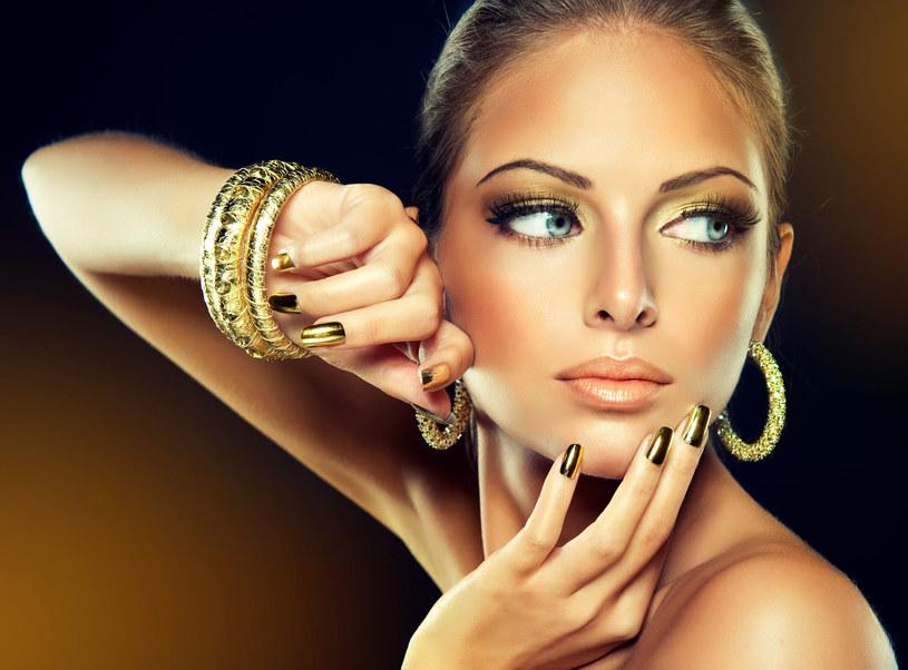 Złota biżuteria idealnie podkreśla wakacyjny look! /123RF/PICSEL