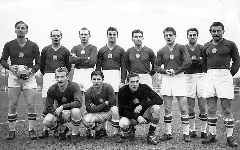 Złota jedenastka, 1953 rok. Ferenc Puskas w środku w dolnym rzędzie /Wikimedia Commons /materiały prasowe