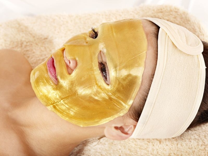 Złota maseczka to hit w salonach kosmetycznych /123RF/PICSEL