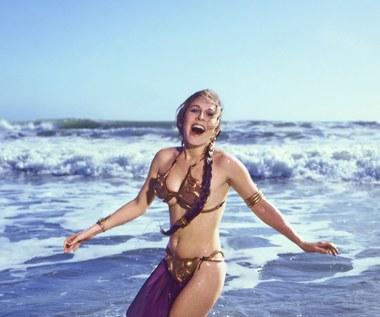 """Złote bikini, w którym księżniczka Leia prezentowała się w """"Powrocie Jedi"""", w październiku 2015 zostało sprzedane na aukcji za 96 tys. dolarów. Osoba, która zakupiła rekwizyt, pozostała anonimowa."""