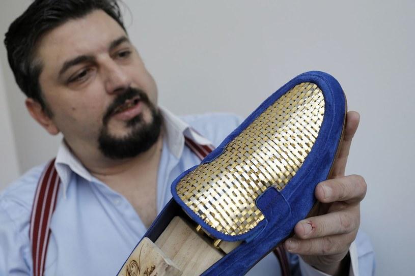 Złote buty dla szejków z 24 karatowego złota skierowane na rynek z krajów Zatoki Perskiej /AFP