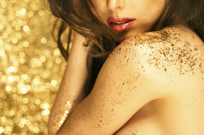 Złote drobinki na ciele maskują niedoskonałości na skórze /123RF/PICSEL