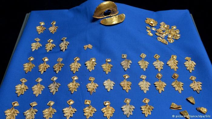 Złote elementy aplikacji stroju znalezione w Rülzheim /Deutsche Welle