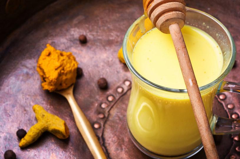 Złote mleko doskonale rozgrzewa /©123RF/PICSEL