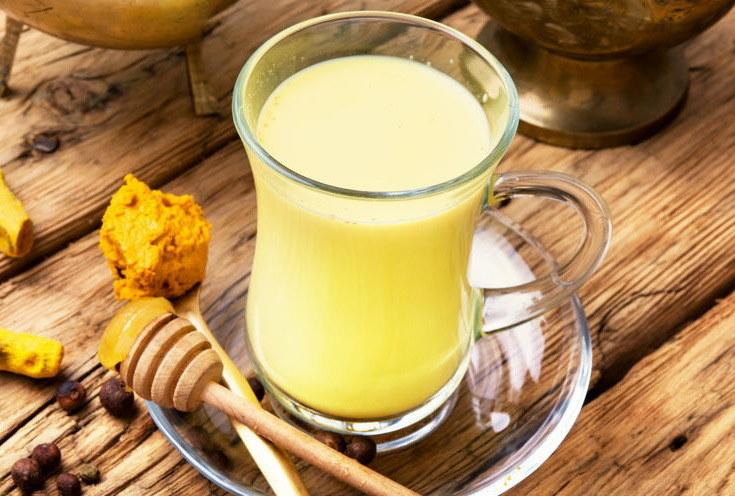 Złote mleko wspiera w walce z infekcjami /123RF/PICSEL