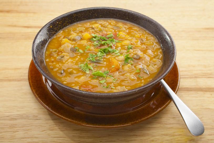 Złotego koloru zupie dodaje sproszkowana kurkuma /123RF/PICSEL