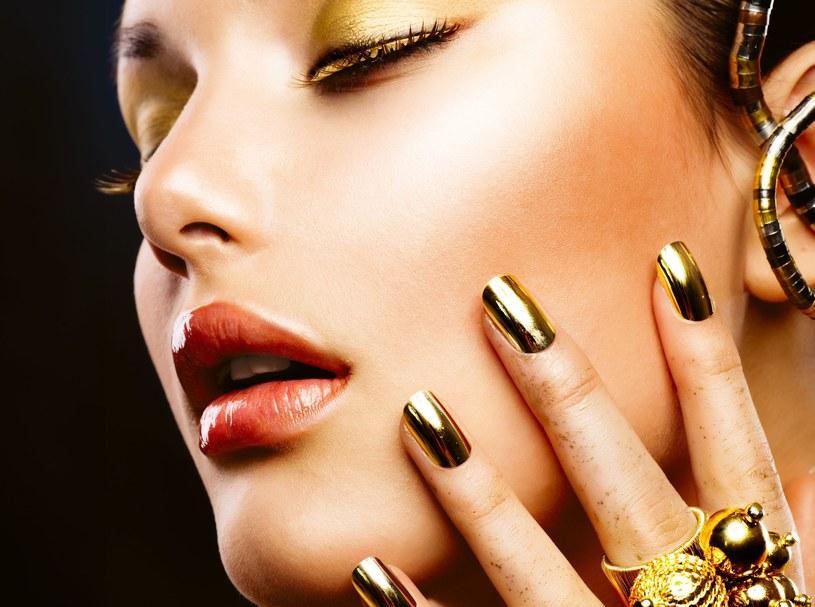 Złoto, a może srebro? Grunt, żeby paznokcie mieniły się lustrzanym blaskiem! /123RF/PICSEL