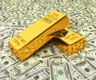 Złoto mniej cenne. Uncja szybko nie wróci do 2 tysięcy dolarów