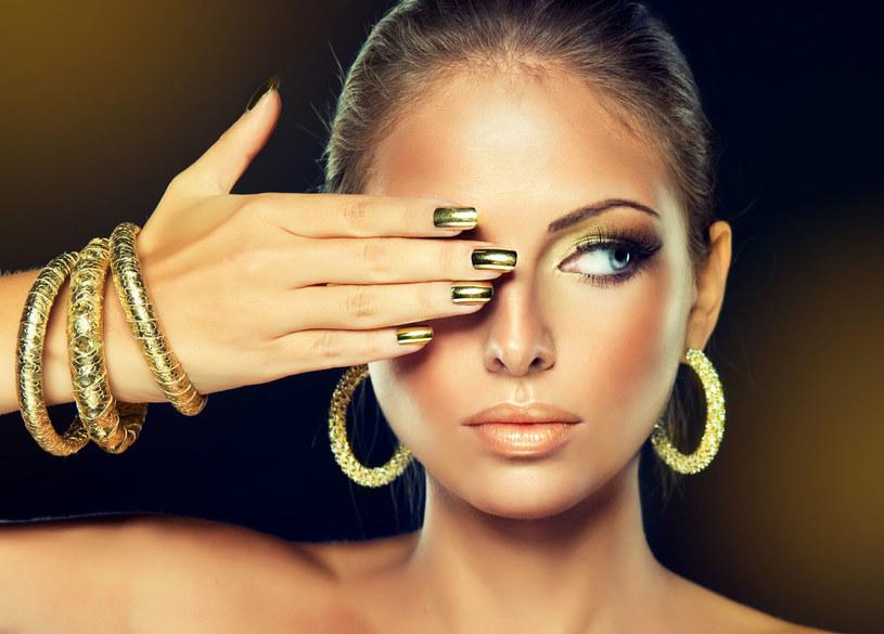 Złoto na powiekach, policzkach czy paznokciach - wybór należy do ciebie /123RF/PICSEL