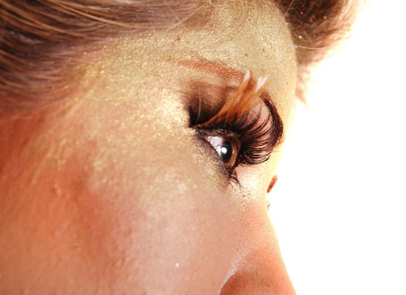Złoto to najlepszy wybór na świąteczny makijaż /123RF/PICSEL