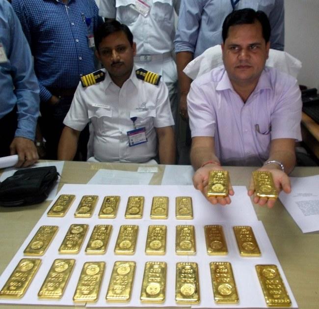 Złoto znalezione w toalecie samolotu /STR /PAP