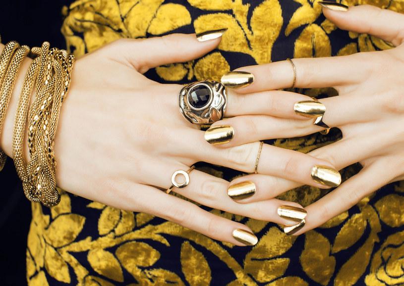 Złoty lakier może pełnić funkcję bazy lub być dodatkiem. Art déco kocha połączenia złota z czernią /123RF/PICSEL