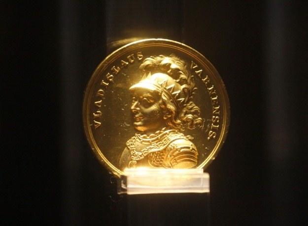 Złoty medal z podobizną króla Władysława Warneńczyka / fot. Adam Guz /Reporter
