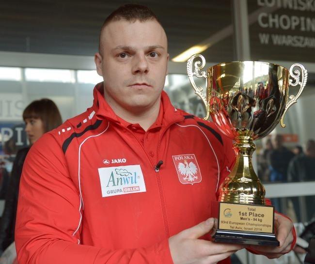 Złoty medalista ME w kat. 94 kg Adrian Zieliński podczas powitania na lotnisku Okęcie w Warszawie /PAP