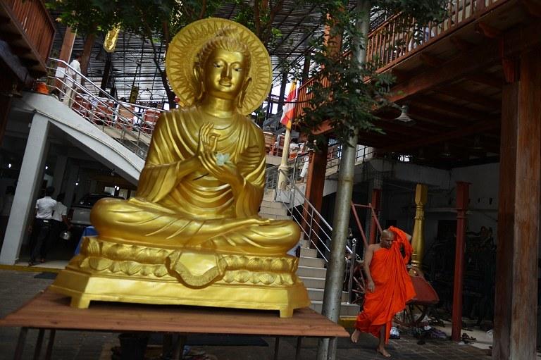 Złoty pomnik Buddy /AFP