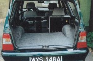 Złożenie dzielonej tylnej kanapy znakomicie powiększa przestrzeń załadunku, lecz uchwyt oparcia zawadza o podłokietnik i trzeba przy tym otworzyć drzwi. /Motor