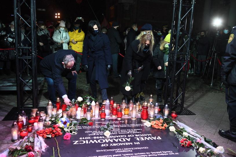 Złożenie kwiatów przy tablicy upamiętniającej nieżyjącego prezydenta Gdańska /Marcin Gadomski /PAP