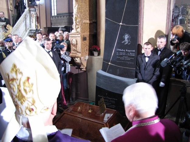 Złożenie sarkofagu ze szczątkami Kopernika do grobu. Fot. RMF FM.