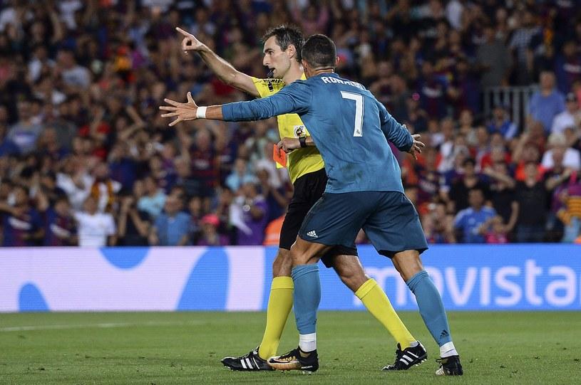Zły po otrzymaniu czerwonej kartki Cristiano Ronaldo i sędzia Ricardo de Burgos Bengoetxea /AFP