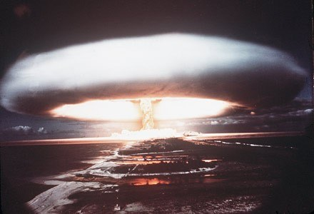 Zmasowany atak hakerski może być groźniejszy od wojny atomowej - przekonuje FBI /AFP