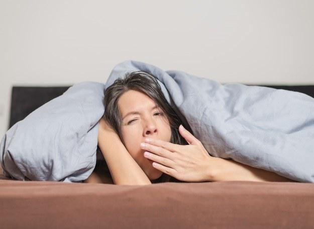 Zmęczenie i senność to niebezpieczne symptomy odwodnienia /123RF/PICSEL