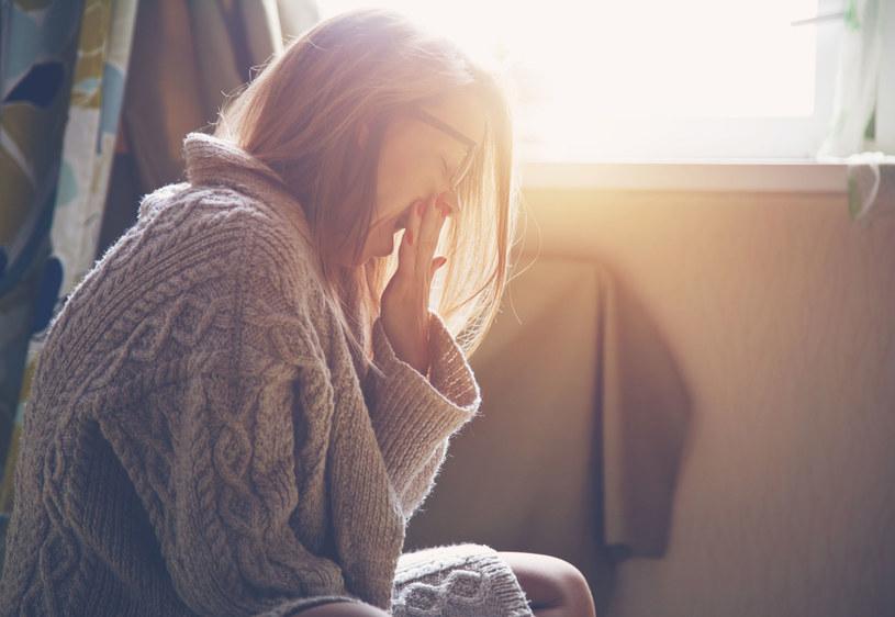 Zmęczenie może być objawem wielu chorób. Nie lekceważ go! Jeżeli przesypiasz odpowiednią ilość godzin, ale mimo to stale czujesz się wykończona, koniecznie odwiedź lekarza. /123RF/PICSEL
