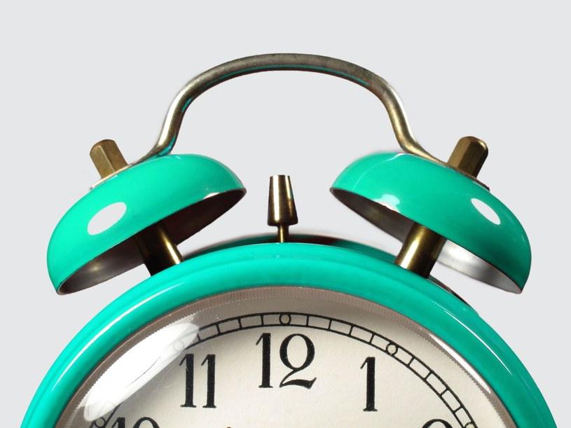 Zmiana czasu na zimowy będzie zdecydowanie korzystniejsza dla tych, którzy lubią dłużej pospać rano /123RF/PICSEL