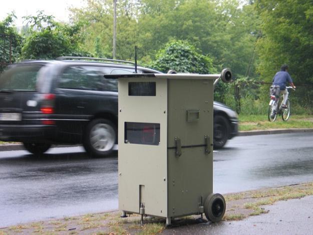 Zmiana przepisów oznacza, że skończy się chowanie fotoradarów w śmietnikach /RMF