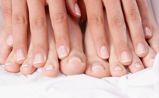 Zmiany na paznokciach przyczyny /© Photogenica