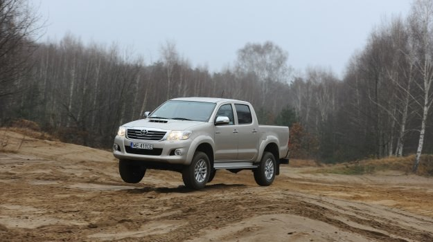 Zmiany przeprowadzone w Hiluxie poszły w kierunku podniesienia komfortu jazdy i manewrowania. /Motor