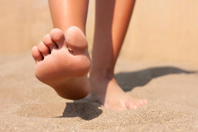 Zmiany skórne mogą być także wynikiem noszenia źle dobranego obuwia lub przebytego urazu, jednak niezależnie od przyczyny, warto kompleksowo zbadać swoje stopy. /123RF/PICSEL