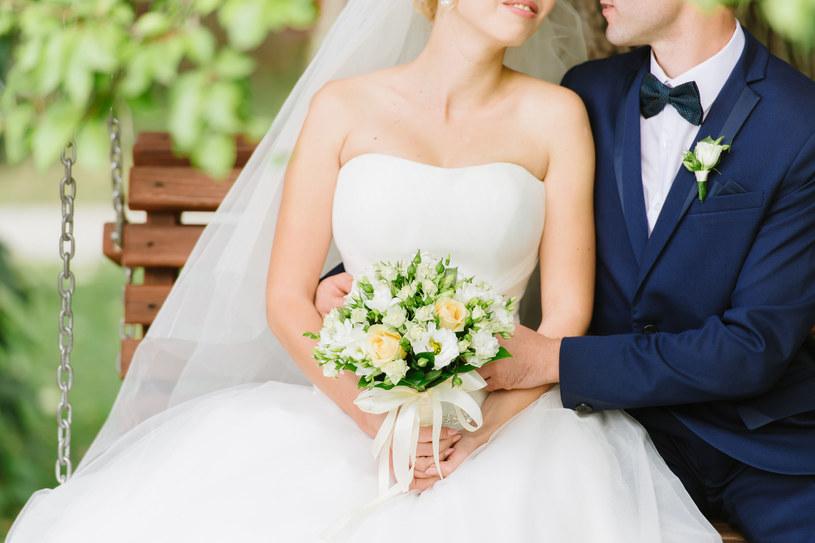 Zmiany w obowiązujących trendach w modzie ślubnej wynikają z coraz większej swobody i nonszalancji w podejściu do ceremonii /123RF/PICSEL