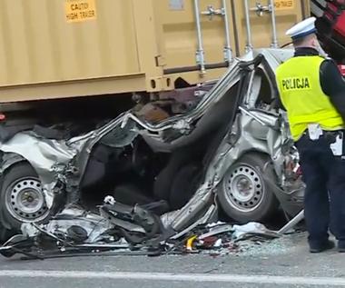 Zmiażdżona Toyota, a kierowca tylko ze złamaniem. Cud