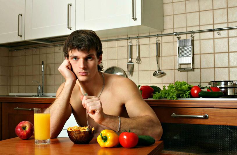 Zmienając dietę można poprawić jakość swojego seksu /123RF/PICSEL