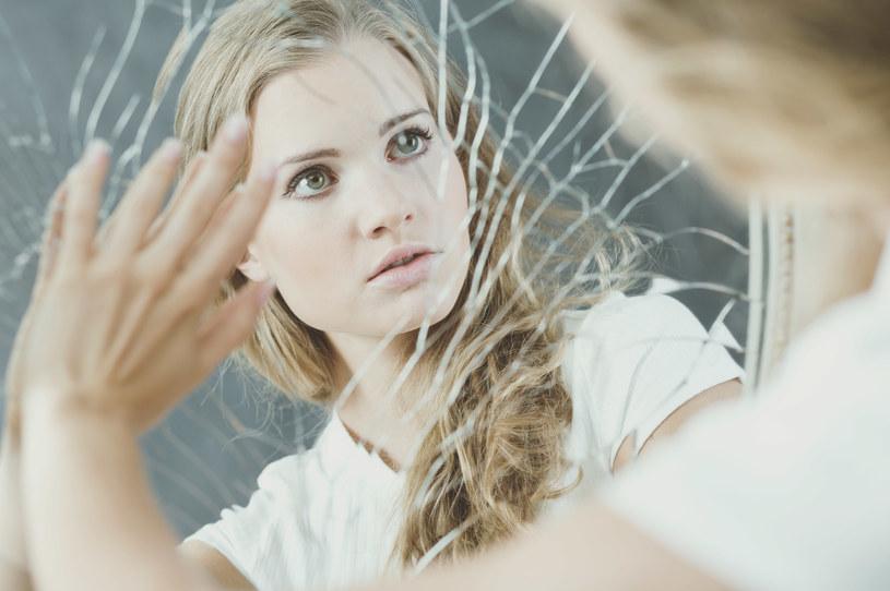 Zmierzenie się ze swoimi przekonaniami z dzieciństwa w dorosłym życiu bywa naprawdę trudne /123RF/PICSEL