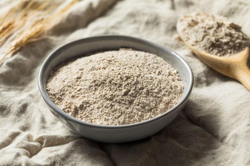 Zmieszaj mąkę z sokiem z cytryny i nałóż na twarz /123RF/PICSEL