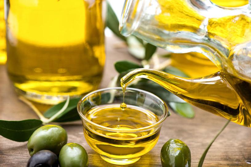 Zmieszaj oliwę z sokiem z cytryny /123RF/PICSEL