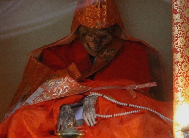 Zmumifikowane zwłoki mnichów do dziś eksponowane są w buddyjskich świątyniach /materiały prasowe