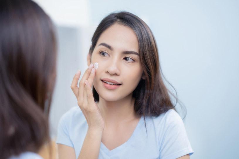 Zmycie makijażu olejem lub płynem micelarnym nie oznacza całkowitego pozbycia się zanieczyszczeń /123RF/PICSEL