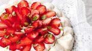 Zmysłowe smaki: Torcik bezowy z truskawkami i bitą śmietaną