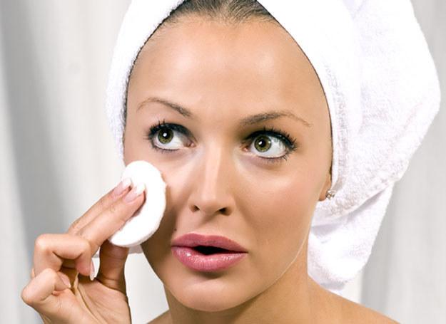 Zmywając twarz za pomocą wacików, delikatnie przykładaj je do twarzy /Świat kobiety