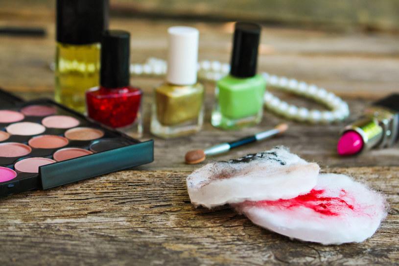 Zmywanie makijażu mleczkiem to jeden z etapów demakijażu /123RF/PICSEL