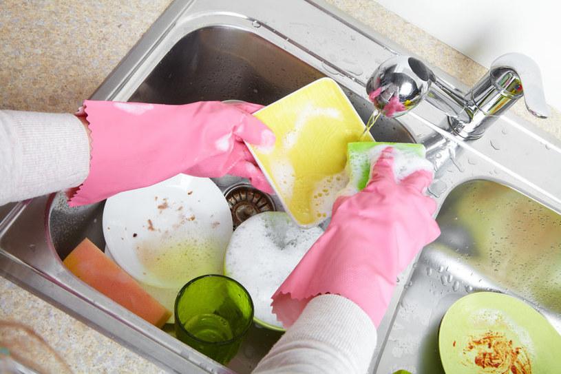 Zmywanie naczyń /©123RF/PICSEL