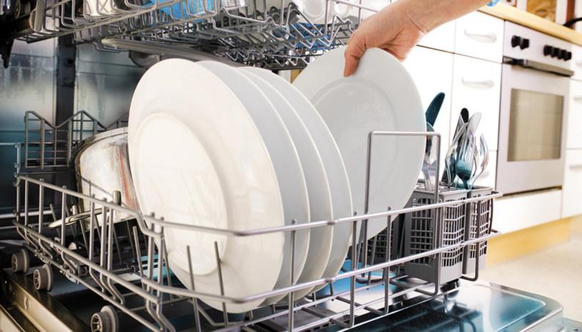 zmywanie naczyń /© Photogenica