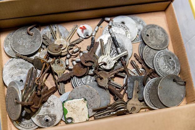 Znaczki górnicze, klucze i inne przedmioty, pozostawiane przez górników podczas ostatniej szychty /PAP